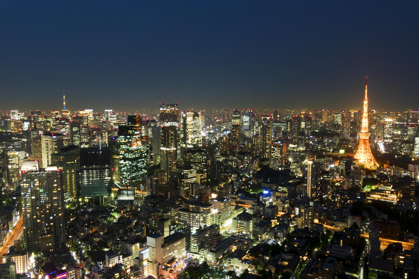 東京都市風景 六本木超高層ビルから望む東京タワーと東京スカイツリーと東京街並全景 夜景