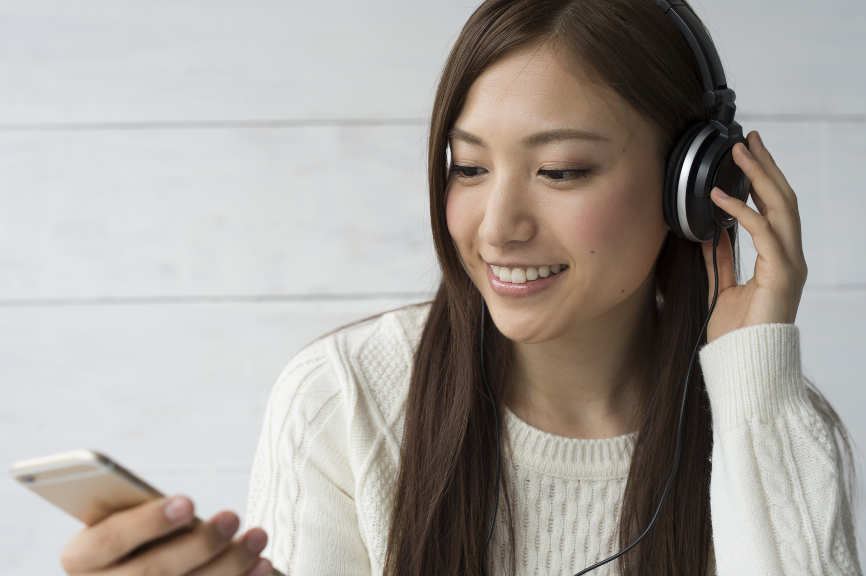 Women are listening to music with the latest smartphone