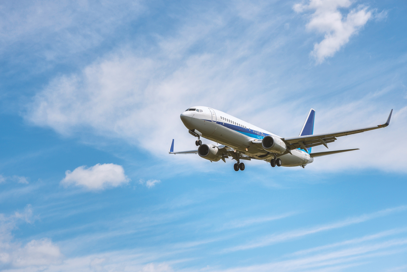 飛行する航空機