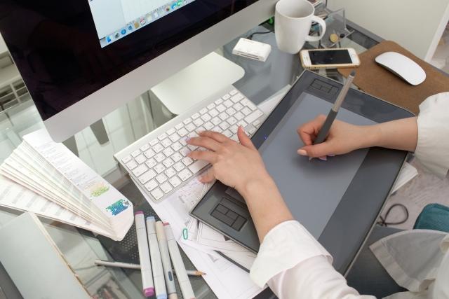 フリーランスのデザイナーになる方法|年収やリスクについても徹底調査